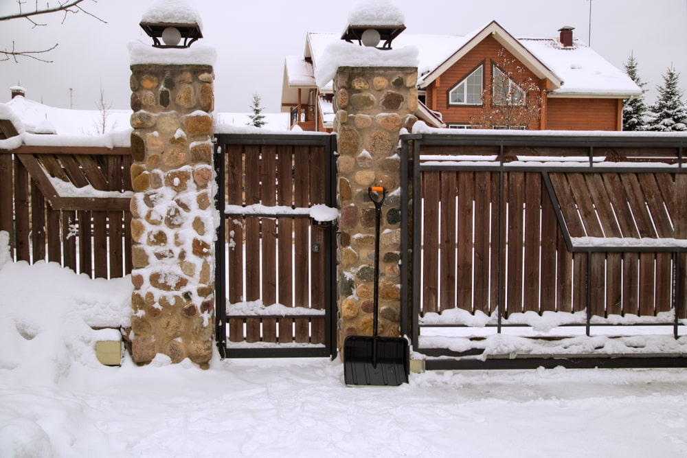Jak zabezpieczyć ogrodzenie posesji na zimę? – poradnik