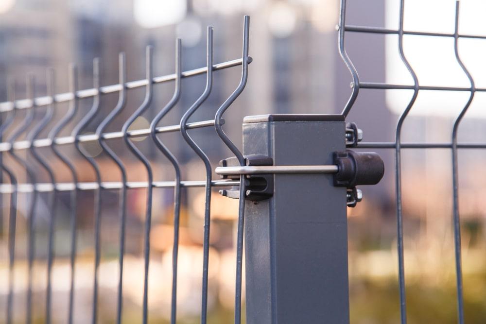 Montaż ogrodzenia panelowego na terenie pochyłym – na co zwrócić uwagę?