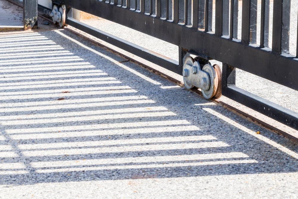 Przegląd podstawowych akcesoriów niezbędnych przy montażu ogrodzenia, bramy i furtki